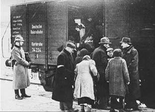 jews-loaded-into-boxcars-th